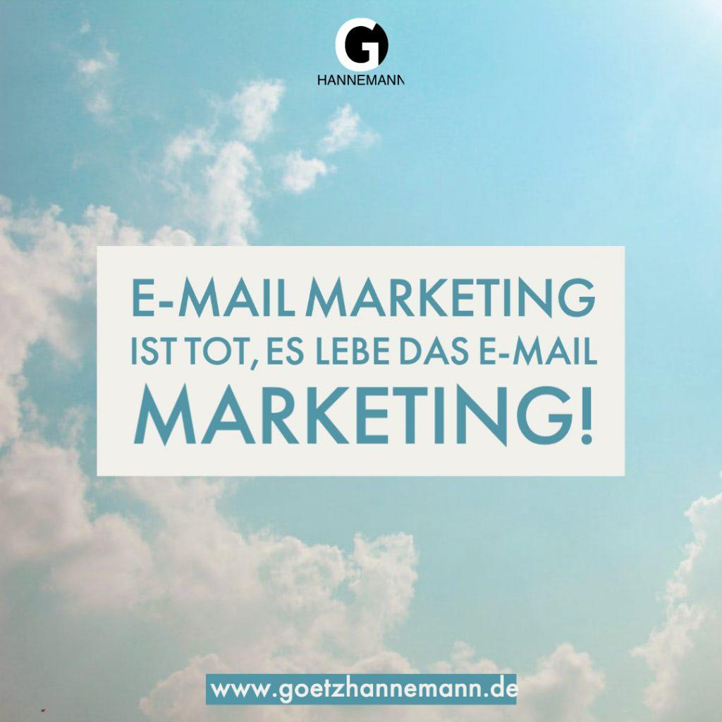 Im Hintergrund Wolken. Darüber der Text: E-Mail Marketing ist tot, es lebe das E-Mail Marketing!